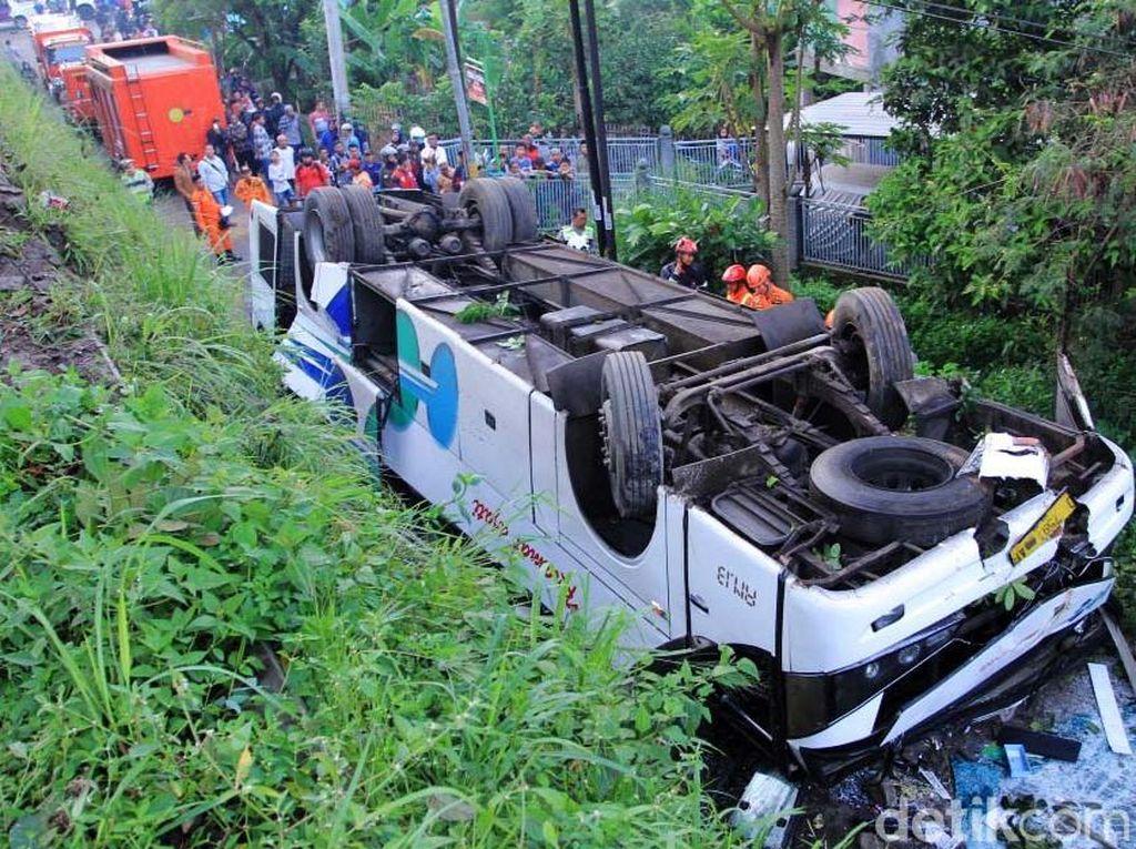 Video Bus Kramat Djati Terguling dan Memakan Korban
