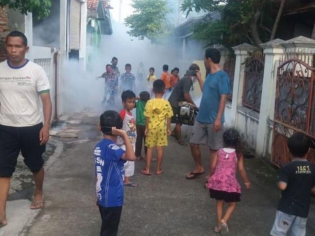 Warga Kampung Bahagia Bekasi Urunan Fogging demi Cegah DBD