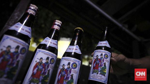 Minuman beralkohol khas Semarang dengan merk dagang Cap Tiga Orang, atau lebih dikenal dengan nama Cong Yang, 4 Februari 2019. (CNN Indonesia/ Hesti Rika)
