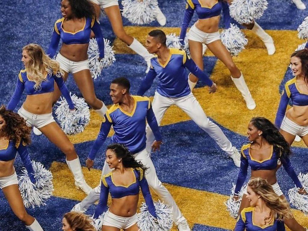 Cetak Sejarah, 2 Cheerleader Pria Pertama yang Tampil di Super Bowl