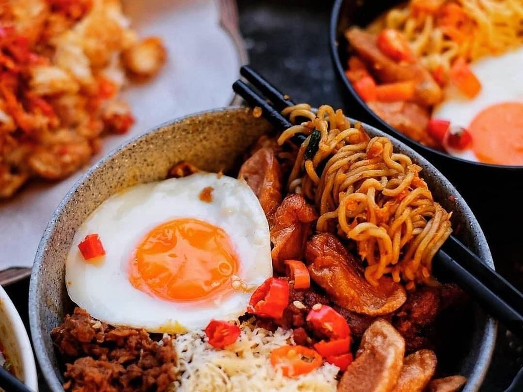 Tempat Makan Mie Instan Kekinian Hingga Gaya Angie Ang Saat Kulineran