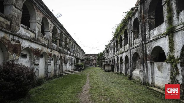 Sejumlah pengunjung di Benteng Fort Willem I atau lebih dikenal dengan nama Benteng Pendem Ambarawa yang telah berdiri sejak tahun 1845, Semarang, 3 Februari 2018. (CNN Indonesia/ Hesti Rika)