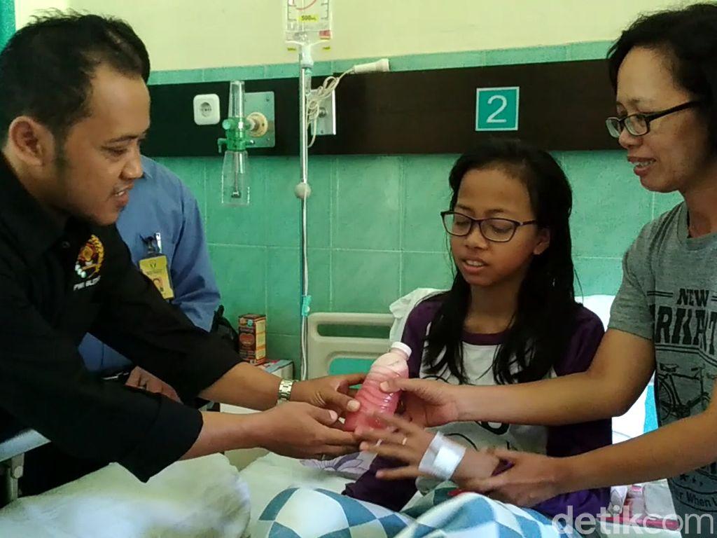 Peringati HPN, Wartawan Blitar Bagi-bagi Jus Jambu untuk Pasien DB