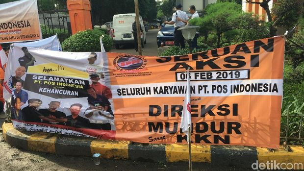 Aksi demonstrasi pegawai PT Pos Indonesia