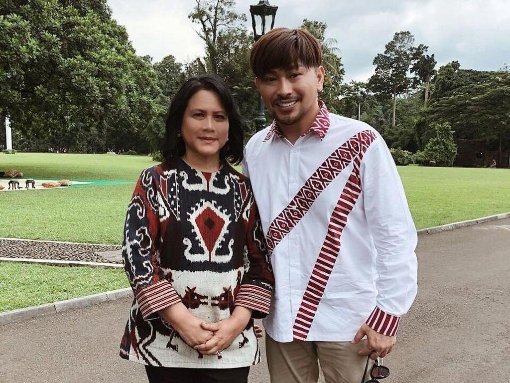 Foto: Gaya Iriana Jokowi Pakai Tenun yang Dipuji Dian Sastrowardoyo
