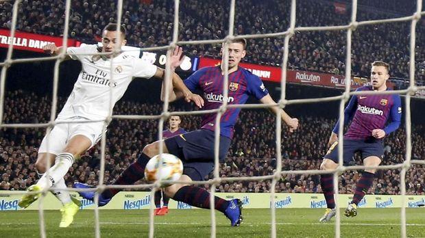 Real Madrid mampu menahan imbang Barcelona 1-1 di Stadion Camp Nou pada leg pertama semifinal Copa del Rey. (