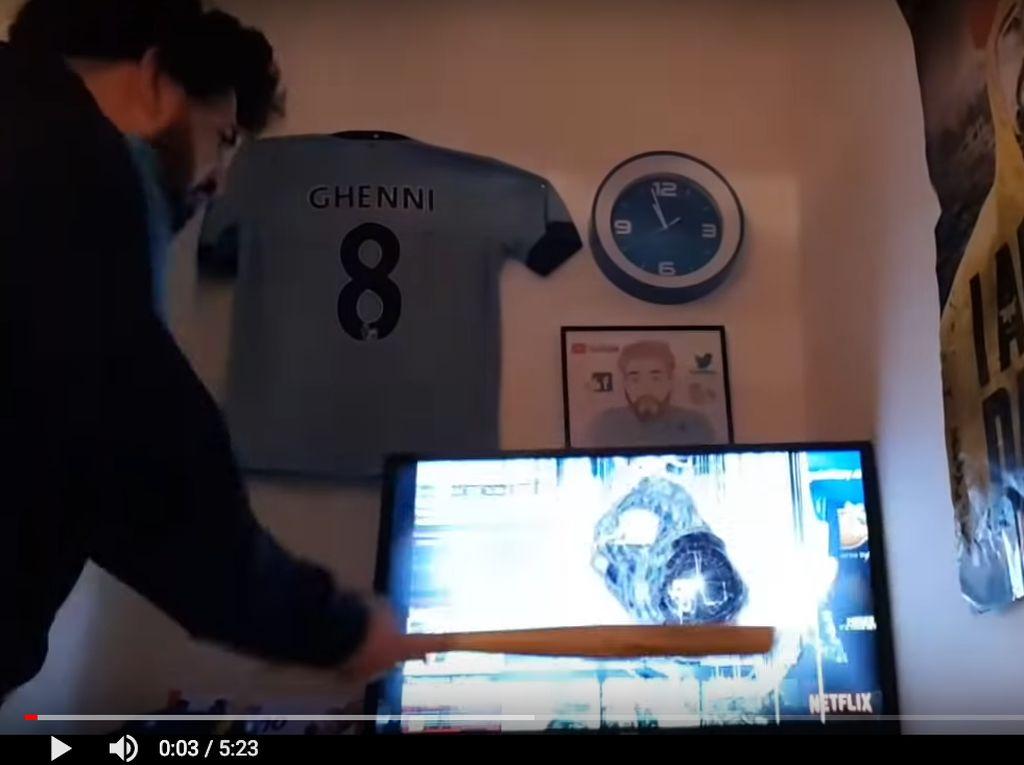 Emosi Berat, Pria Ini Selalu Hancurkan TV Setiap Timnya Kalah