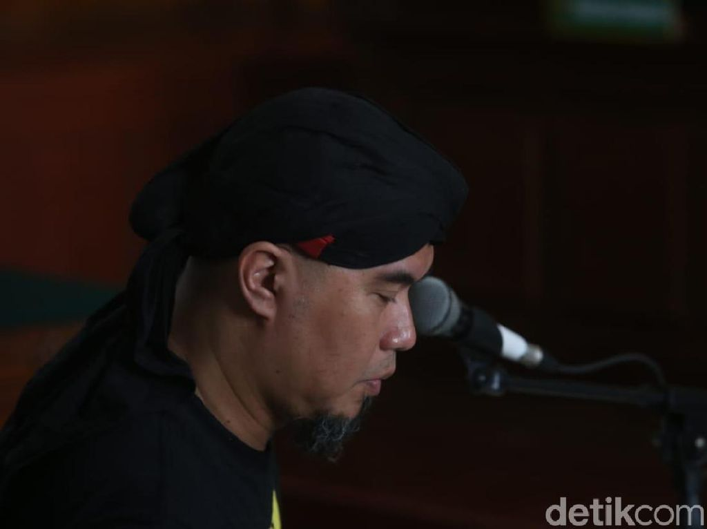 Ekspresi Ahmad Dhani Saat Jalani Sidang di Surabaya