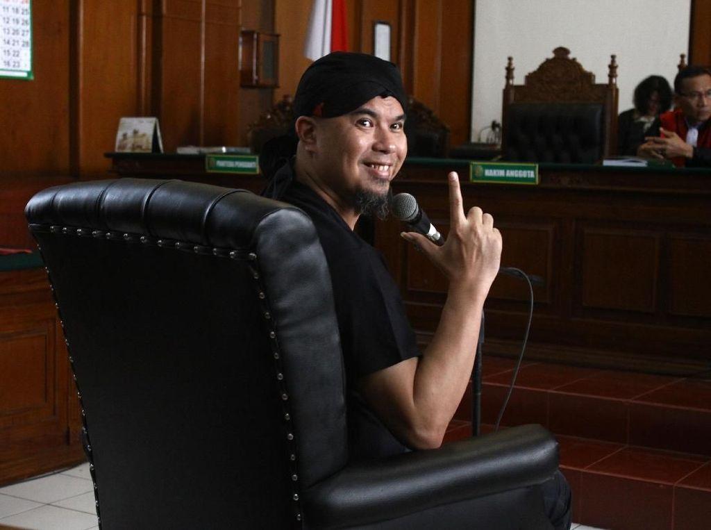 Sidang Perdana, Ahmad Dhani Acungkan Dua Jari