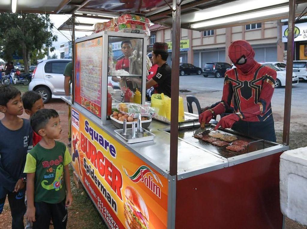 Berkat Kostum Spider-Man Gerai Ini Sukses Jual Burgernya