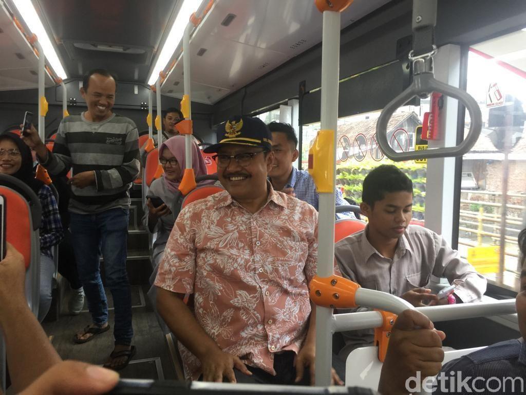Gus Ipul Jajal Bus Suroboyo, Bayar Pakai Tiga Botol Bekas