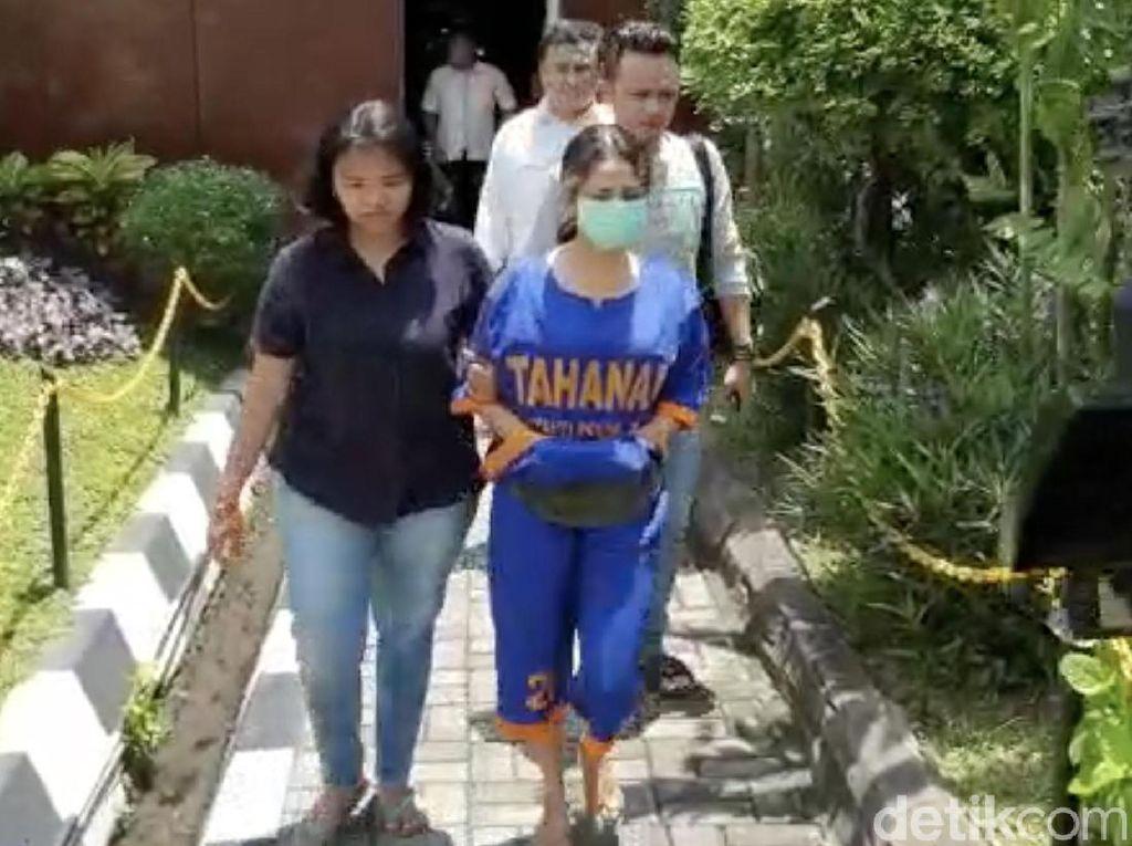 Vanessa Angel Pakai Baju Tahanan dan Tangan Diborgol
