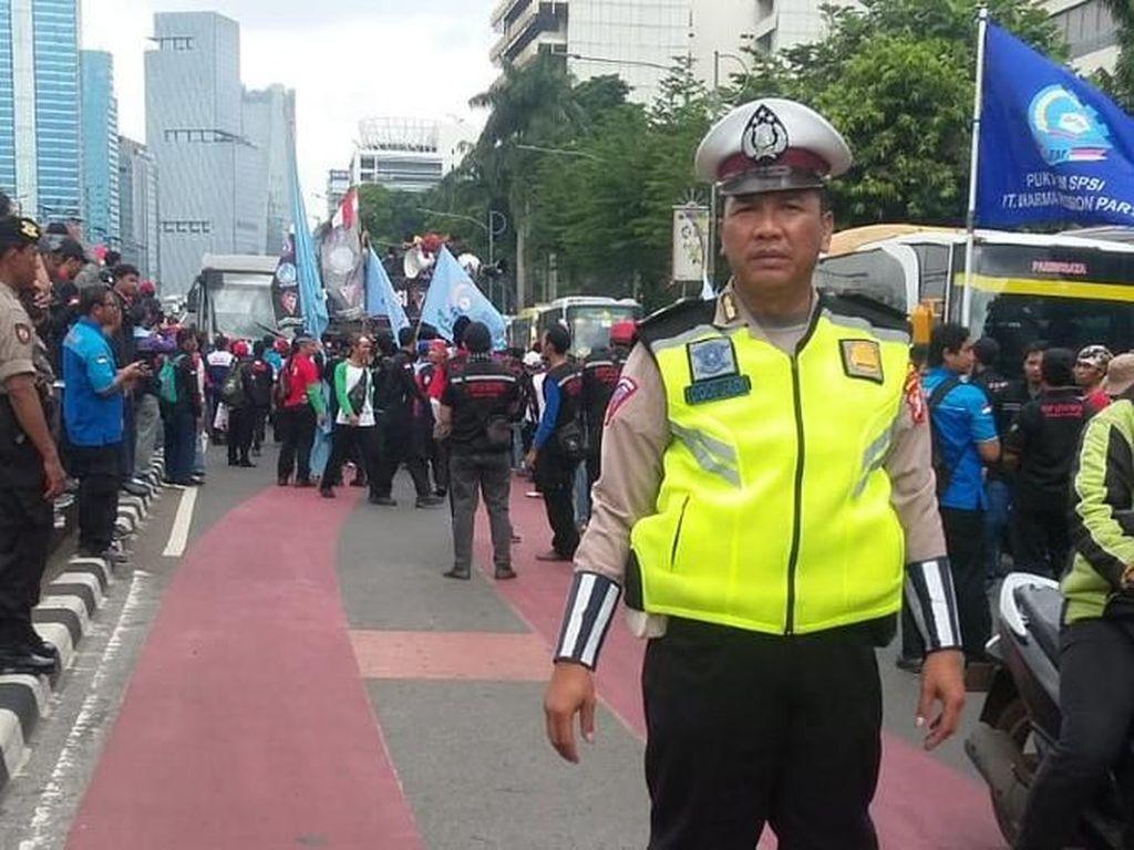 Ada Demo di Gedung Kemenaker, Lalin Gatsu Arah Cawang Macet