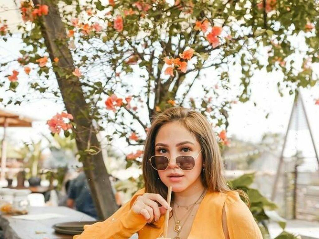 Gaya Seru Beauty Vlogger dan Sosialita, Paola Tobing Saat Cicip Makanan