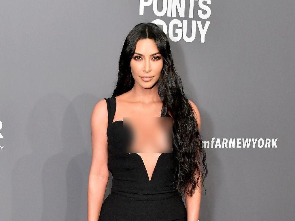 Kim Kardashian Dikritik karena Tutupi Kulit Sunburn dengan Foundation