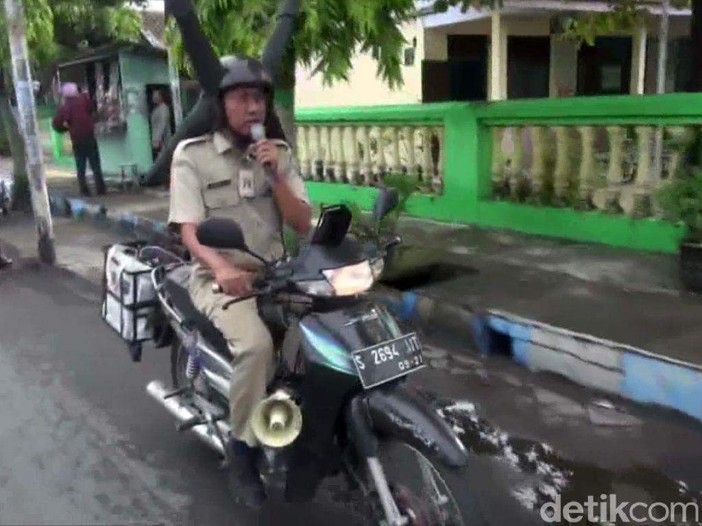 Unik, Petugas Ini Sosialisasi Pencegahan DB Pakai Helm Kepala Nyamuk