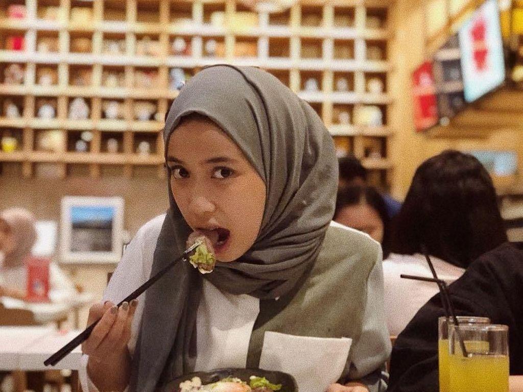 Pose Asyik Kulineran Indy, Sepupu Risa Saraswati yang Bisa Liat Hantu
