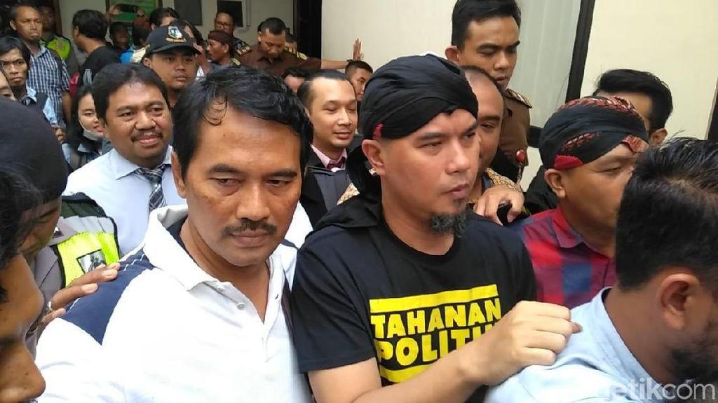 Berkaos Tahanan Politik Ahmad Dhani Jalani Sidang di Surabaya