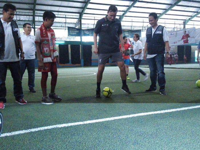 Vladimir Smicer melatih anak-anak di Kuningan Jakarta (Akfa Nasrulhak/detikcom)