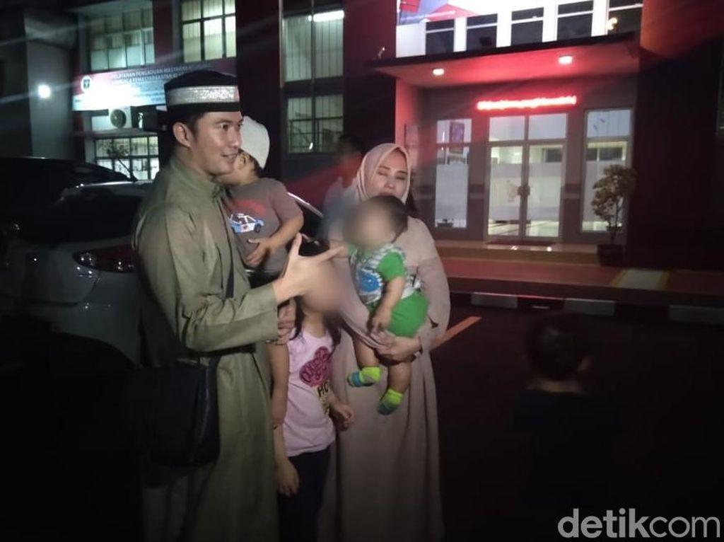 Tangis Istri Pecah Kenang Perpisahan Mandala Shoji dengan Anak di Rutan