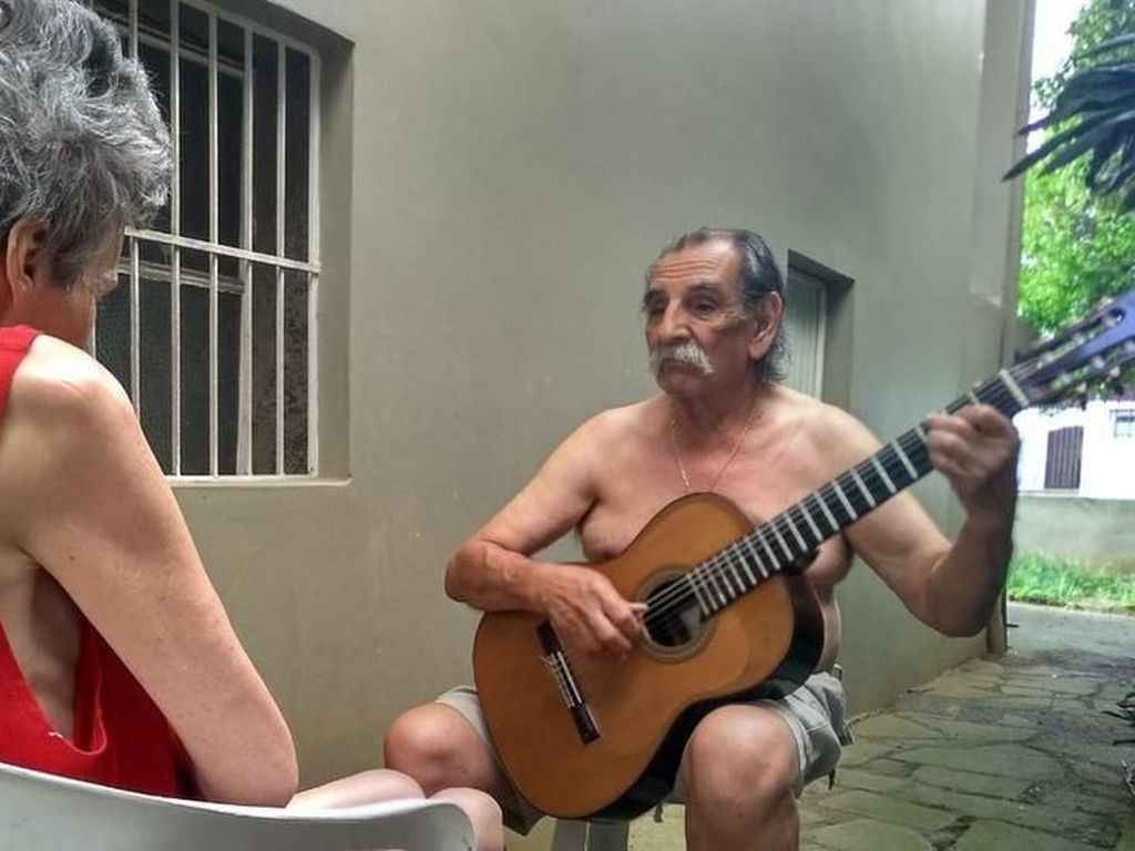 Kakek Ini Mainkan Gitar Setiap Hari Demi Istri Pengidap Alzheimer