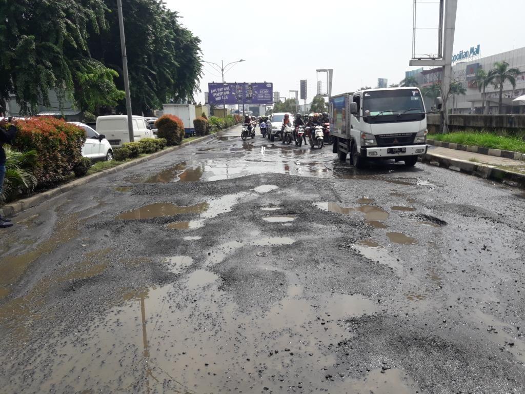 Jalan Berlubang di Kalimalang, Wali Kota Bekasi: Sabar Aja