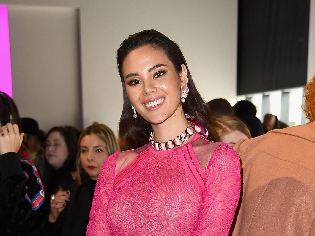 Foto: Miss Universe Catriona Gray Tebar Pesona di New York Fashion Week