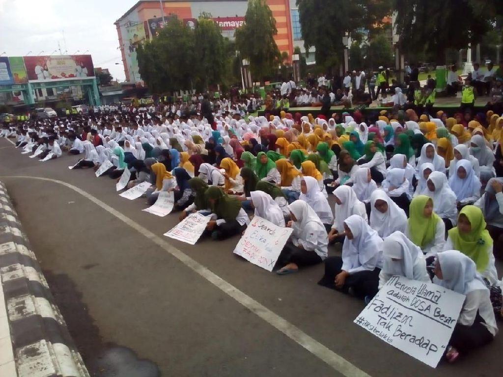 Massa Santri Kudus Protes Puisi Fadli, Zikir dan Selawat Dilantunkan