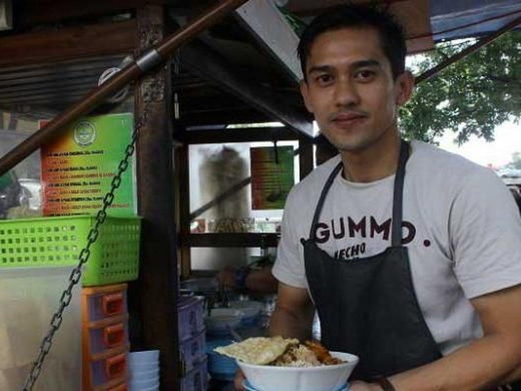Jual Asinan hingga Siomay, Ini Potret 5 Penjual Makanan Tampan yang Viral