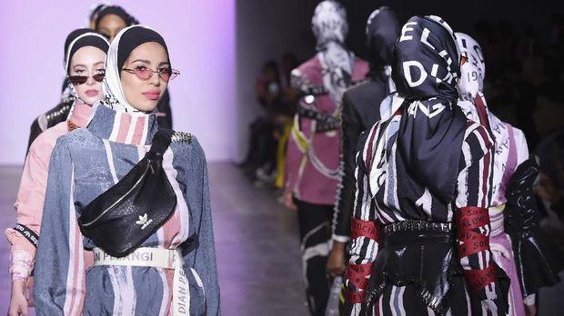 Koleksi #Socialove karya Dian Pelangi dipamerkan di New York Fashion Week 2019.