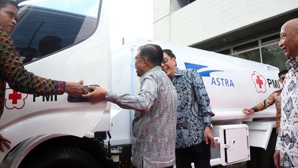 PMI Dapat Bantuan 10 Truk Tangki Air