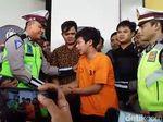 Beda Ekspresi Adi Saputra Pembanting Motor Saat Ditilang dan Diciduk Polisi