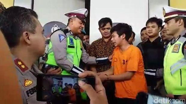 Adi Saputra menangis di depan polisi