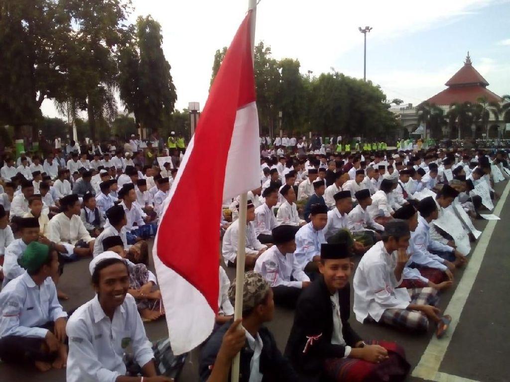 Protes Puisi Fadli Zon, Massa Santri Tumplek Blek di Alun-alun Kudus