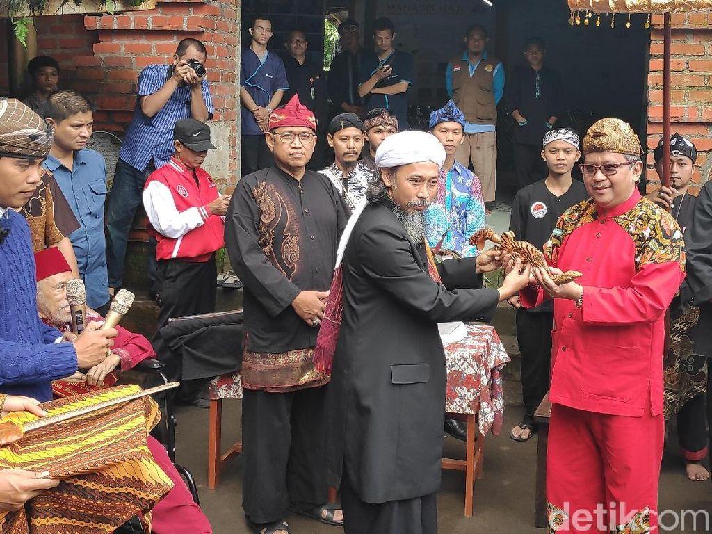 Kunjungi Ponpes di Sukabumi, Hasto dan TB Hasanuddin Diberi Kujang