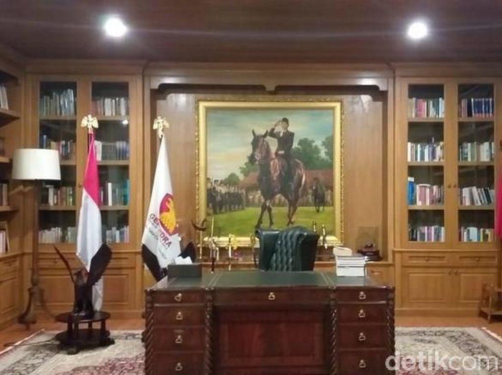 Foto: Mengintip Ruang Kerja Prabowo Subianto yang Kental Nuansa Klasik