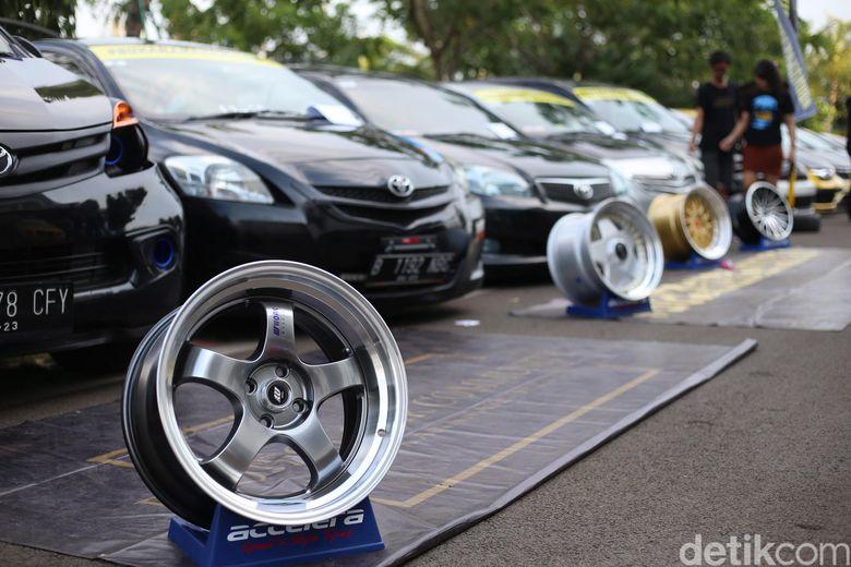 Pameran modifikasi kendaraan beroda empat sekaligus beramal. Foto: Ari Saputra