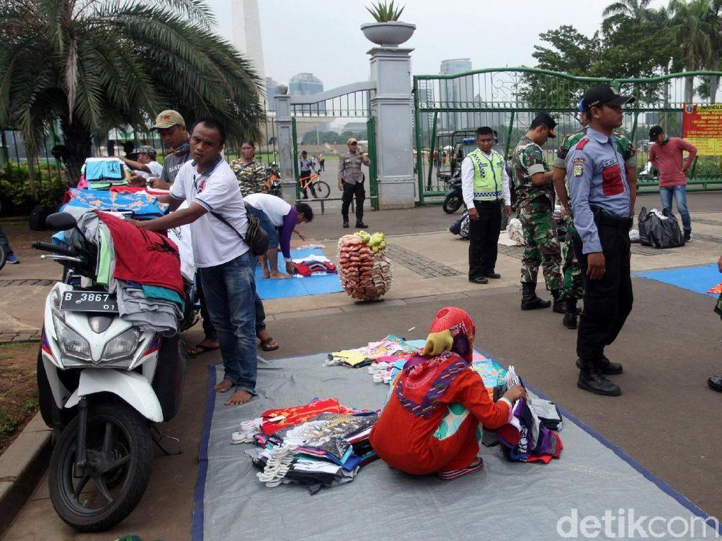 PKL di Depan Gerbang Monas Ditertibkan