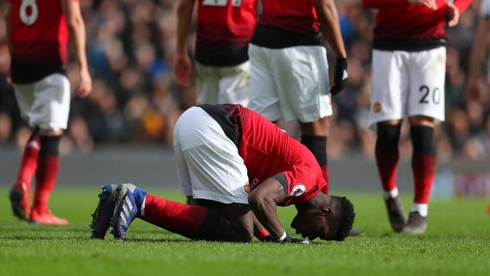 LONDON, ENGLAND - FEBRUARY 09: Paul Pogba of Manchester United kisses the pitch as he celebrates scoring his teams third goal during the Premier League match between Fulham FC and Manchester United at Craven Cottage on February 09, 2019 in London, United Kingdom. (Photo by Catherine Ivill/Getty Images)