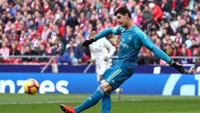 Thibaut Courtois disambut tak ramah oleh fans Atletico Madrid di laga derby (Sergio Perez/Reuters)