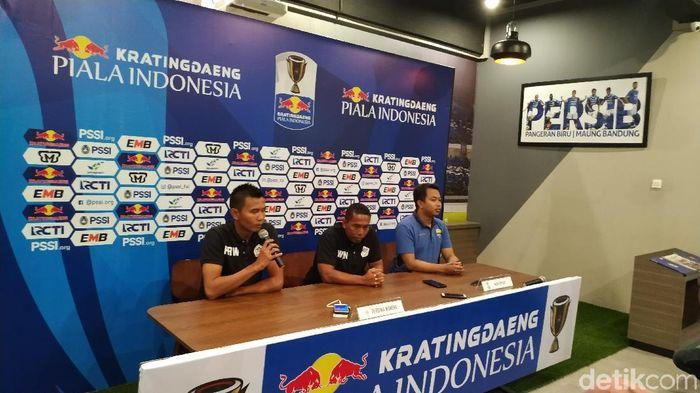 Pelatih Persiwa Wamena Winaryo saat memberi keterangan pers di Bandung, Minggu (10/2/2019). (Foto: Dony Indra Ramadhan/detikSport)
