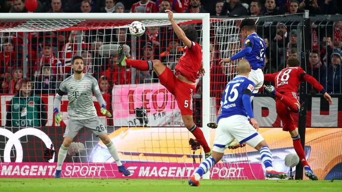 Soccer Football - Bundesliga - Bayern Munich v Schalke 04 - Allianz Arena, Munich, Germany - February 9, 2019  Schalkes Ahmed Kutucu in action with Bayern Munichs Mats Hummels        REUTERS/Michael Dalder  DFL regulations prohibit any use of photographs as image sequences and/or quasi-video