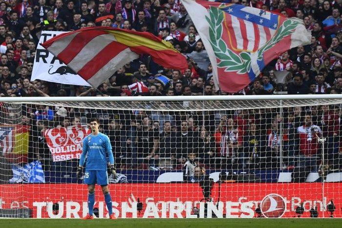 Thibaut Courtois disambut dingin suporter Atletico Madrid. Foto: Gabriel Bouys/AFP Photo