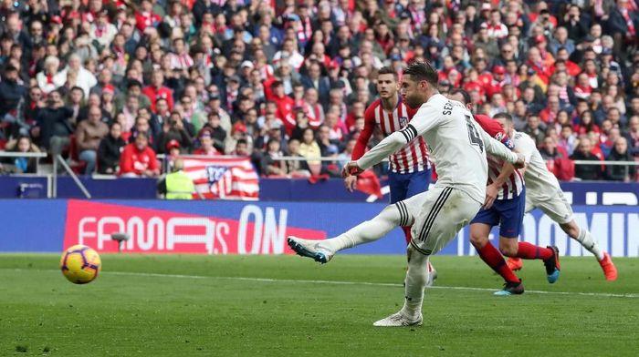 Sergio Ramos mencetak satu gol lewat eksekusi penalti di laga melawan Atletico (Foto: Susana Vera/Reuters)
