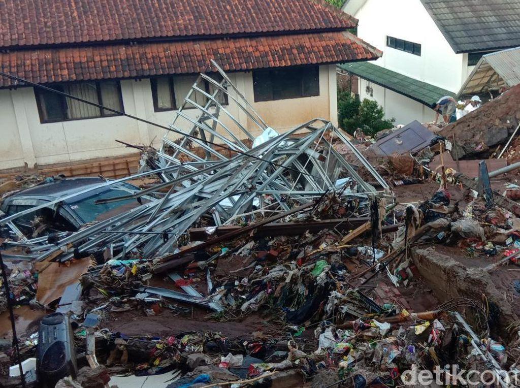 Dampak Tanggul Jebol di Pasirjati: Rumah Rata, Jalanan Berlumpur