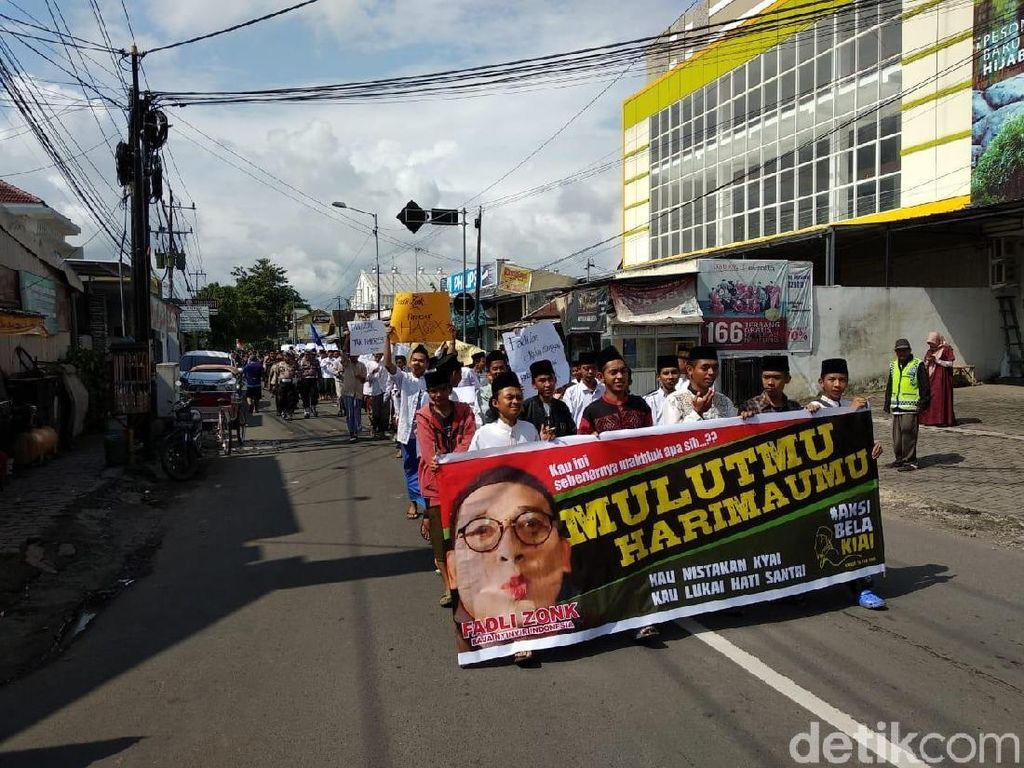 Ratusan Santri di Jember Gelar Aksi Long March Bela Kiai