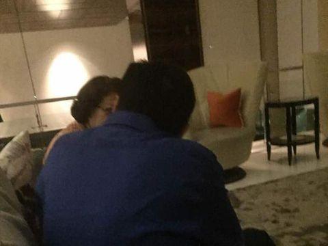 Farhat turut membagikan foto Elza saat bertemu pria yang disebut-sebut sebagai Setya Novanto.