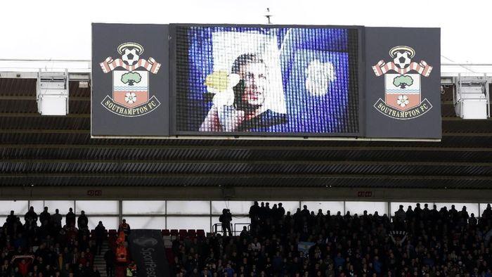 Southampton FC memberi tribute untuk emiliano Sala, sebelum kick off menghadapi Cardiff City. (Foto: Henry Browne/Getty Images)
