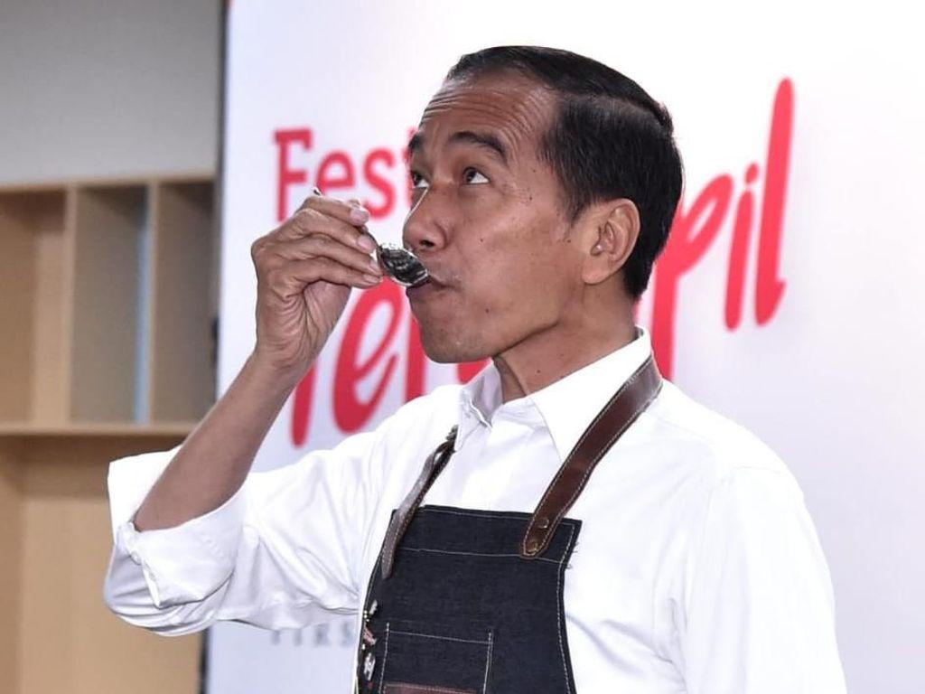 Gaya Jokowi Belajar Jadi Barista