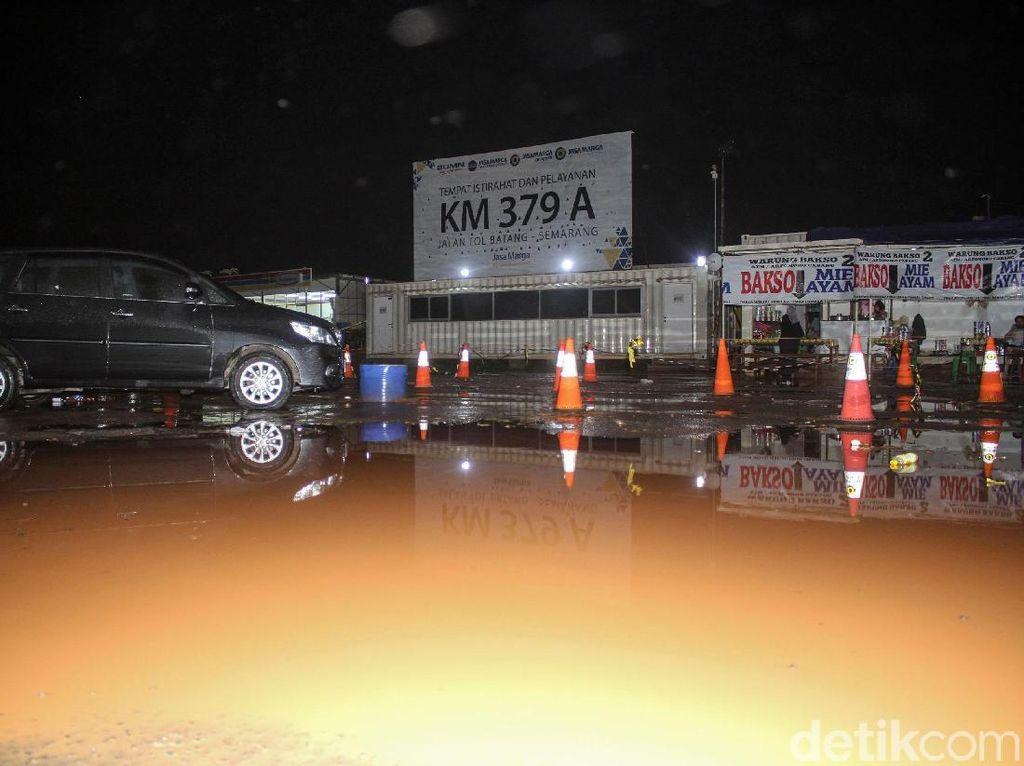 Rest Area KM 379A Tol Trans Jawa Becek dan Gelap